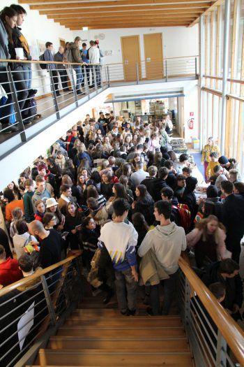 """<p class=""""caption"""">Der Andrang der Jugendlichen beim Theo Forum war riesig.</p>"""