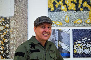 Der Fotokünstler vor seinen Werken.