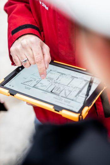 """<p class=""""caption"""">Der Grundriss des Rohbaus auf dem Tablet.</p>"""