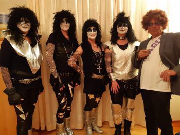 """<p class=""""caption"""">Die Band Kiss und ihr Manager: ein Bild von Evi.</p>"""