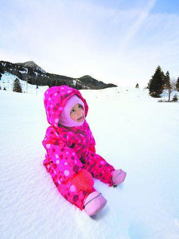 Die kleine Marie (1 Jahr) im Schnee.