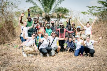 """Die Lehrlinge Melanie, Sabrina, Albane und Renée reisten mit ihren Begleitpersonen Anfang Februar nach Togo, um im Zuge des Lehrlingsprojekts """"10:0 fürs Klima"""" Bäume zu pflanzen."""