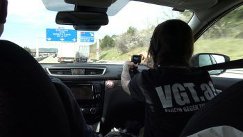 "<p class=""caption"">Die VGT-Aktivisten folgen dem Transport. Foto: VGT Vorarlberg</p>"