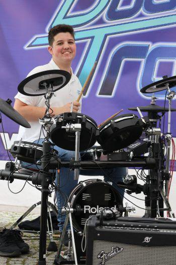"<p class=""caption"">Dominik sitzt hinter dem Schlagzeug.</p>"