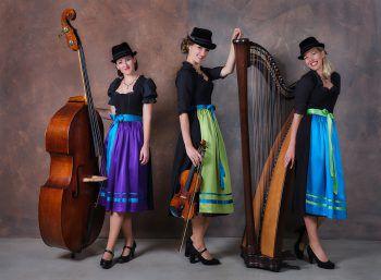 """Egal ob es die drei Musikerinnen von """"Die Hoameligen"""" mit ihrer junger Volksmusik sind oder der Vorarlberger Solo-Kabarettist Markus Linder mit seinem lustigen Programm – jeder findet in Götzis das Unterhaltungsprogramm, was ihm gefällt. Foto: handout/Die Hoameligen/Markus LInder"""