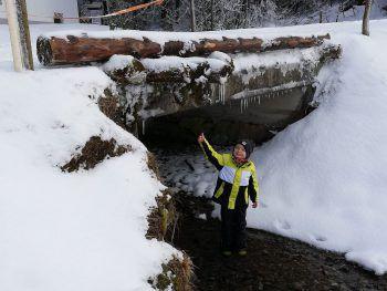 Eine Einsendung von Erwin: Julian freut sich über den Schnee!