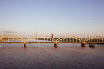 """<p class=""""title"""">               Eisenbahn-brücke             </p><p class=""""title"""">Die Düna ist der perfekte Ort für eine Auszeit, um schöne Sonnenuntergänge und die Ruhe zu genießen. Die moderne Brücke gilt als Must-see.</p>"""