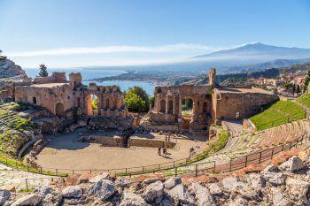 Etwas abseits vom Zentrum Taorminas liegt das griechische Theater oberhalb auf einem Felsplateau des Monte Tauro, umgeben von einer beeindruckenden Landschaft. Fotos: handout/Beate & Werner Reisen/Shutterstock