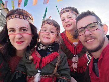 """<p class=""""caption"""">Familienfoto im Fasching: ein Foto von Sara.</p>"""
