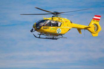 Ein 44-jähriger Fahrzeuglenker wurde mit dem Notarzthelikopter ins LKH Feldkirch geflogen.Foto: Hofmeister