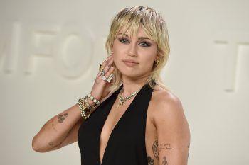 """Miley CyrusSeit ihrem 11. Lebensjahr steht Miley vor der Kamera. Die junge Schauspielerin wurde zwar durch ihre Rolle als """"Hannah Montana"""" weltberühmt, jedoch blieb ihr keine Zeit für die Schule und sie machte trotz Privatunterricht nie ihren Abschluss."""