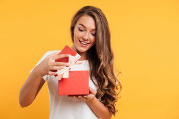 <p>               Ich bines mir wert             </p><p>58 Euro lassen sich die Österreicher den Valentinstag im Schnitt kosten, hat eine Umfrage des Markt- und Meinungsforschungsinstituts Mindtake ergeben. Klar, für den oder die Angebetete gibt man das Geld gern aus. Aber wann ist man schon mal sich selbst gegenüber spendabel? Dabei freuen wir uns über das tolle Parfüm, den schönen Schmuck oder das neueste Technik-Gadget gleich – egal ob es von jemand anderem oder von uns selbst kommt.</p>