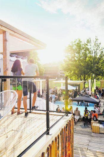 Die Architektur der Poolbar wird jedes Jahr von kreativen Menschen neu konzipiert, um so ein Hammer-Festival zu garantieren. Foto: Matthias Rhomberg