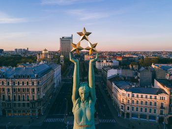 Freiheitsstatue             Sie ist das Symbol für die Unabhängigkeit Lettlands. Der 42,7 Meter hohe Turm mit den drei Sternen an der Spitze verbindet die Alt- und Neustadt.
