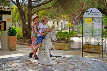 """Für die Kinder gibt es viel zu entdecken im Feriendorf """"Zum Störrischen Esel"""".Fotos: handout/Rhomberg Reisen"""
