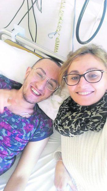 Furkans Mutter Rabiye lebt eigentlich in der Türkei. Sie besuchte Furkan gerade, als er seine Diagnose bekam – und blieb von da an an seiner Seite.Fotos: handout/privat