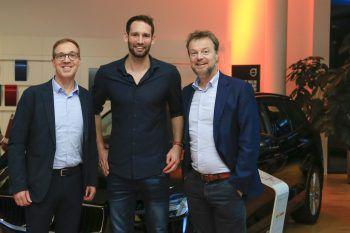 """<p class=""""caption"""">Gernot Uecker (Raiba Bodensee-Leiblachtal), Dominik Schmid (Spieler Alpla HC Hard) und Günther Lehner (Alpla CEO).</p>"""
