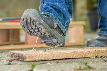 """<p class=""""title"""">               Gutes Schuhwerk             </p><p>Ein Nagel ist schneller eingetreten als man glaubt – deswegen rät Franjo Bozic auf Baustellen, Schuhe mit widerstandsfähigen Sohlen zu tragen: """"Die Sohle bietet auf unebenen Baustellenböden besseren Halt und beugt Rutschgefahr vor"""", sagt der Experte.</p>"""