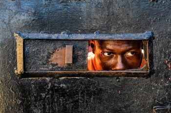 <p>Haiti. Traurig: Ein Mann blickt in das Innere eines Waisenhauses, in dem bei einem Brand 15 Kinder ums Leben gekommen sind.</p>