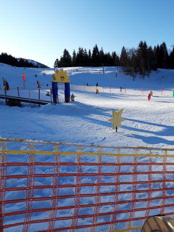 In Balderschwang kommen Kinder und Familien beim Skifahren voll auf ihre Kosten. Foto: handout/Ölz