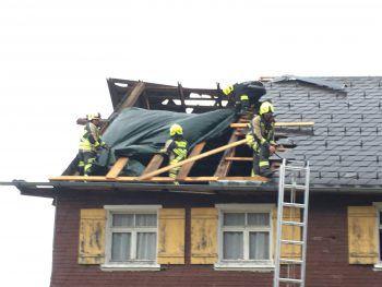 """<p class=""""caption"""">In Hittisau deckte der schwere Sturm das Dach eines Hauses ab. Fotos: Hartinger, Paulitsch, VOL Live/Mayer</p>"""
