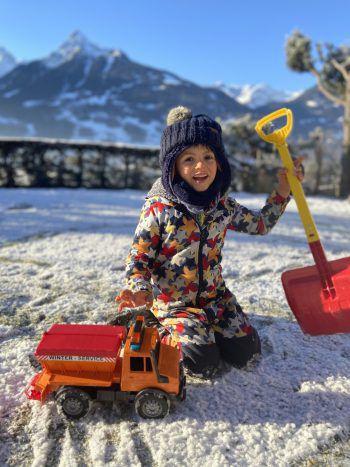 Jetzt wird Schnee geschaufelt: Julian im Garten seiner Familie.