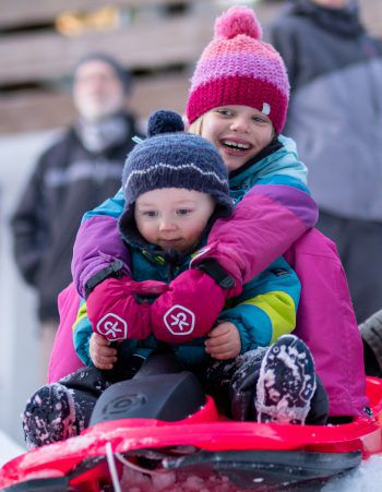 "<p class=""caption"">Jona und Emma genießen den Winterurlaub im Ebnit.</p>"