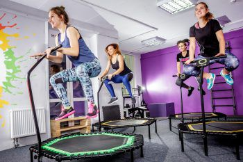 """<p class=""""title"""">Jumping Fitness</p><p>Ein weiterer Fitness-Trend: Jumping Fitness. Hierbei wird auf Trampolinen zu rhythmischer Musik trainiert. Mehr als 400 Muskeln werden dabei gefordert, was Jumping Fitness zum perfekten Kraftausdauer-Training für den ganzen Körper macht.</p>"""