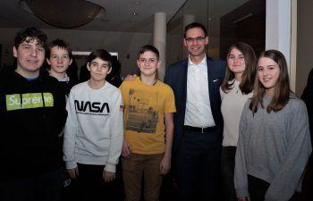 """<p class=""""caption"""">Landeshauptmann Markus Wallner mit Jugendlichen.</p>"""