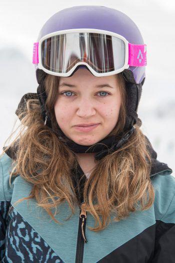 """<p>Laura, 12, Bludenz: """"Ich bin ebenfalls zum ersten Mal dabei, die Woche war voll super! Der Montag, wo wir alle gemeinsam im Hallenbad waren, hat mir am besten gefallen. Ich finde es super, dass ich jetzt endlich Snowboard fahren kann!""""</p><p />"""