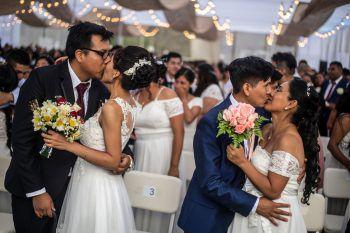 <p>Lima. Verliebt: Zahlreiche Paare heiraten bei einer Massen-Hochzeit in Peru. Fotos: AFP, APA, AP, Reuters, dpa</p>