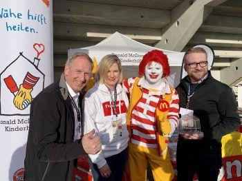 """<p class=""""caption"""">Loek Versluis und Gattin Annette mit Robert Krug und Maskottchen Ronald McDonald.</p>"""
