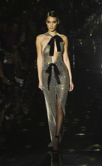 Los Angeles. Offenherzig: Model Bella Hadid präsentiert ein Kleid von Tom Ford bei dessen Fashion Show in den Milk Studios.