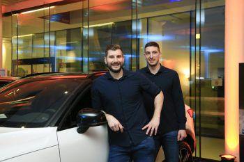 Lukas Schweighofer und Max Hermann (beide Spieler bei Alpla HC Hard).