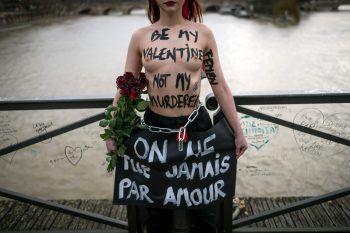 <p>Madrid. Dagegen: Aktivistinnen protestieren gegen Gewalt an Frauen.</p>