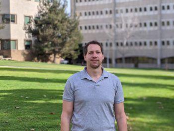 """<p class=""""caption"""">Martin Breuss auf dem Universitäts-Campus.</p>"""