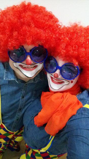 """""""Maschgoro, Maschgoro"""": Fritz und seine Begleitung verkleideten sich als Clowns."""