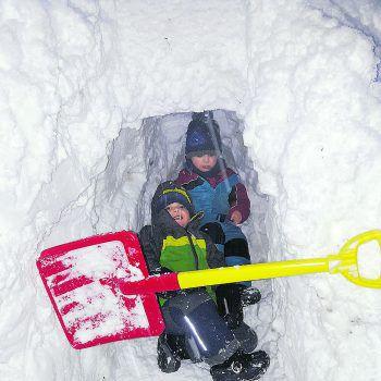 """<p class=""""caption"""">Matthias und Thomas lieben es, im Schnee Höhlen zu bauen.</p>"""
