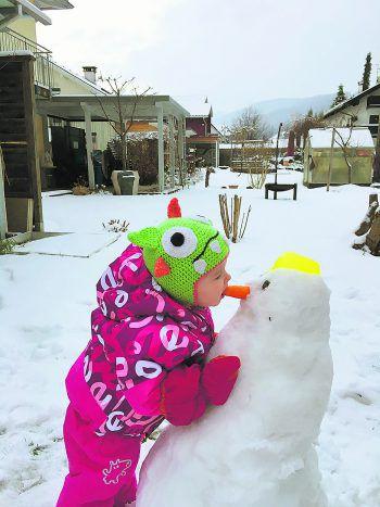 Maya teilt ihre Karotten nicht gerne mit dem Schneemann!