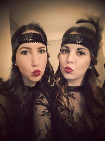"""<p class=""""caption"""">Melanie und ihre Freundin gingen im Partnerlook auf die Faschings-Party.</p>"""