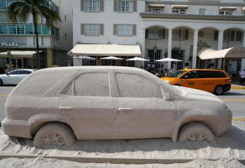 <p>Miami. Grau-in-Grau: Ein aus Sand gefertigter SUV ziert eine Straße in South Beach. Fotos: AFP, APA, AP, Reuters, dpa</p>