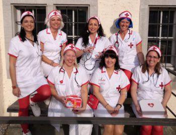 """<p class=""""caption"""">Michaela und ihre Freundinnen verkleideten sich als Krankenschwestern.</p>"""