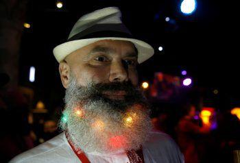 <p>Minsk. Kreativ: Ein Teilnehmer beim Bart-Wettbewerb in der weißrussischen Hauptstadt nutzt sein Gesichtshaar für die Beleuchtung.</p>