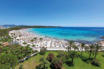 """<p class=""""caption"""">Mit traumhaftem Blick ins weite Meer lässt es sich am Strand von Mallorca flanieren.</p>"""