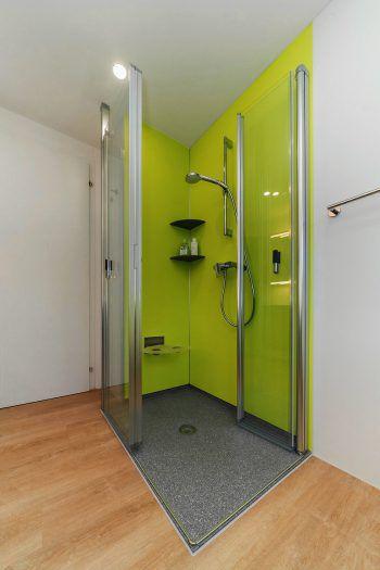 <p>Nachher. Große, barrierefreie Dusche – absolut pflegeleicht und rutschfest.</p>