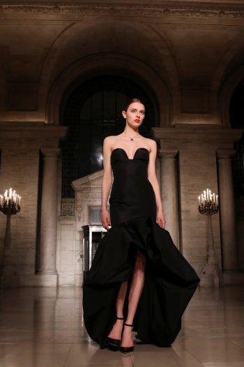 New York. Glamourös: Ein Model präsentiert ein Kleid der Herbst-Kollektion von Oscar de laRenta bei der New York Fashion Week.