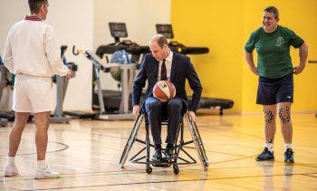<p>Nottinghamshire. Ungewohnt: Prinz William nimmt beim Besuch eines Rehabilitations-zentrums in einem Rollstuhl Platz.</p>