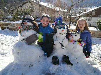 """<p class=""""caption"""">Philip und Nina haben sich für ihre Schneemänner einen ausgefallenen Look ausgedacht.</p>"""