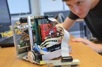 """<p class=""""title"""">               Praxisnah             </p><p>Zwei Teams von Studierenden</p><p>entwickeln in Projekten hochentwickelte Roboter, die miteinander kommunizieren und komplexe Aufgaben lösen. So wird man im Studium perfekt auf das Berufsleben vorbereitet.</p>"""