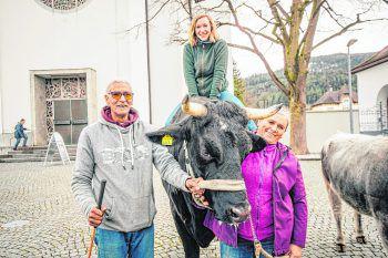 """<p class=""""caption"""">Redakteurin Anja konnte es sich nicht nehmen lassen, auf dem """"größten Rind"""" Vorarlbergs Platz zu nehmen.</p>"""